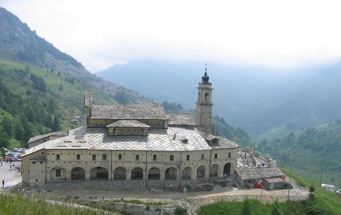 Il santuario di San Magno caratterizza la valle dove si trova Castelmagno