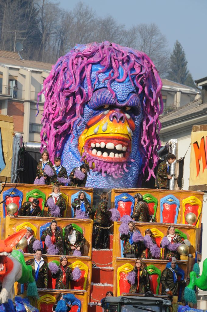 Foto carri allegorici carnevale borgosesia