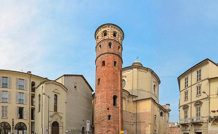 La Torre Rossa che sorge di fianco alla chiesa di Santa Caterina